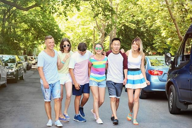 通りで幸せなティーンエイジャーのグループ