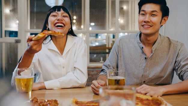 술이나 공예 맥주를 마시고 the khao san road의 나이트 클럽에서 행 아웃 파티를하는 행복한 관광 젊은 아시아 친구 그룹.