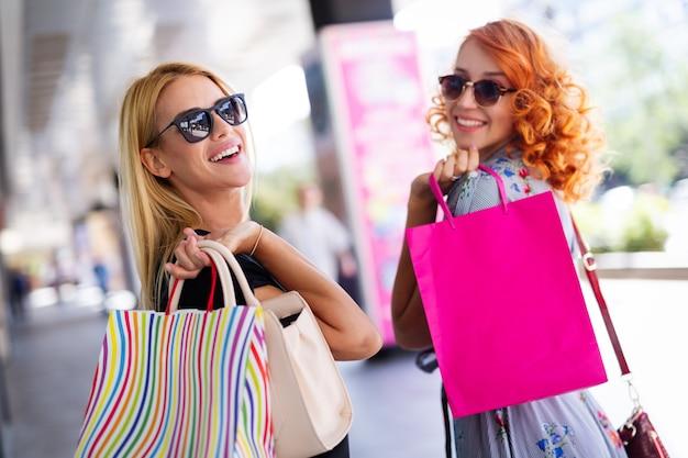 ショッピング、旅行、街で楽しんで幸せな女性のグループ