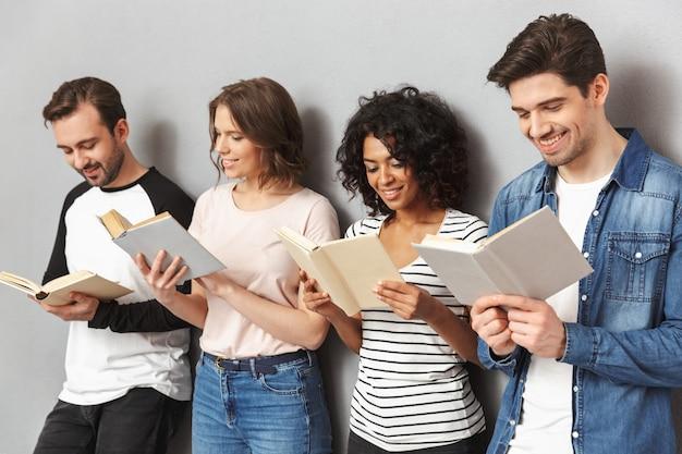 本を読んで幸せな若い多民族の友人のグループ
