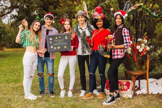 함께 재미와 christmast를 축하 행복 젊은 사람들의 그룹