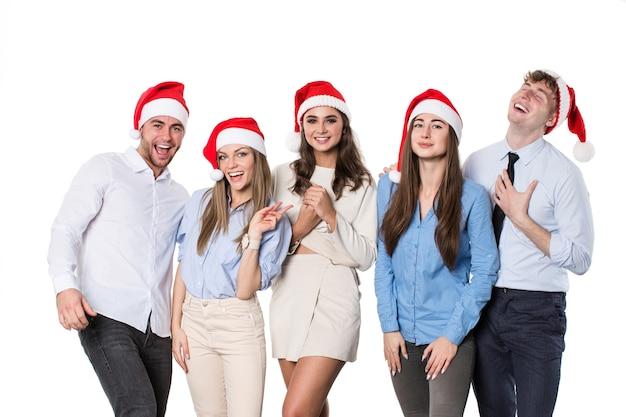 산타 모자에 행복 한 젊은 사람들의 그룹