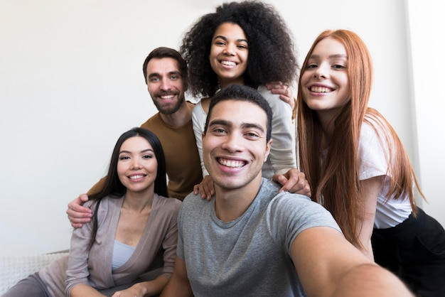 Selfieを取って幸せな若い人たちのグループ
