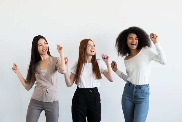 一緒に踊って幸せな若い女性のグループ