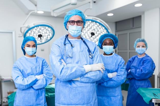 Группа медицинских работников, команда врачей, хирургов и медсестер