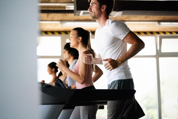체육관에서 운동하는 건강한 사람들의 그룹