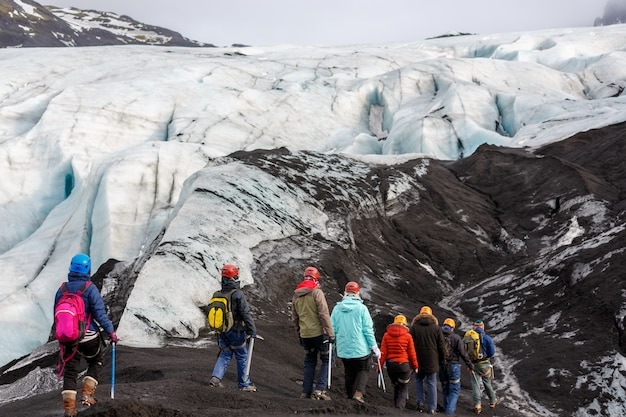Группа туристов прогулки по леднику на solheimajokull,