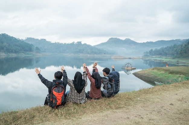 Группа туристов отдыхает на берегу озера
