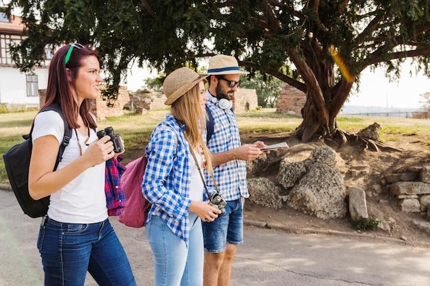 歩道に立っているハイカーのグループ