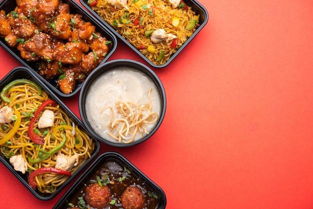Группа домой доставляла индокитайскую еду в пластиковых пакетах, контейнерах или коробках, содержащих лапшу щезван, жареный рис, курицу чили, маньчжурскую кухню и суп.
