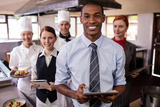 Группа сотрудников отеля, работающих на кухне