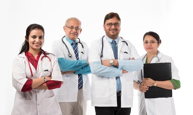 흰색 배경에 고립 된 인도 의사, 남성 및 여성의 그룹, 선택적 초점