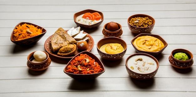 테라코타 그릇, 선택적 초점에 인도 달콤한 또는 mithai의 그룹