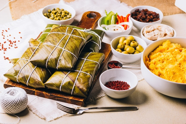Группа ингредиентов для создания рождественских халлак, типичного венесуэльского блюда