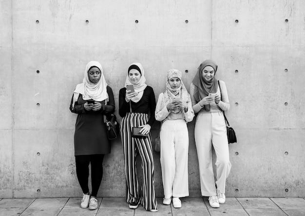 스마트 폰을 사용하는 이슬람 소녀 그룹
