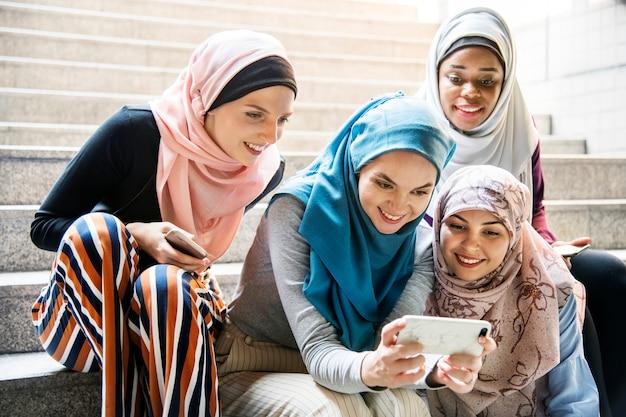 스마트 폰보고 이슬람 여성 그룹