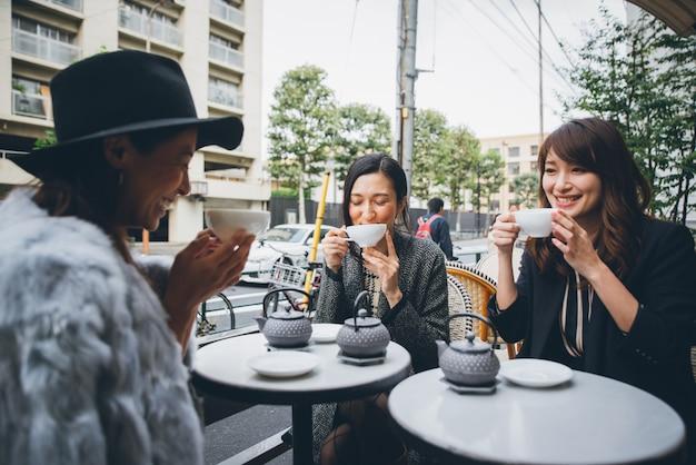 Группа японских женщин проводит время в токио, пьет чай с друзьями