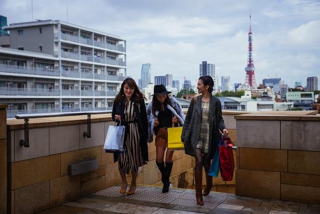 東京で時間を過ごし、市内のさまざまなエリアで買い物をする日本人女性のグループ