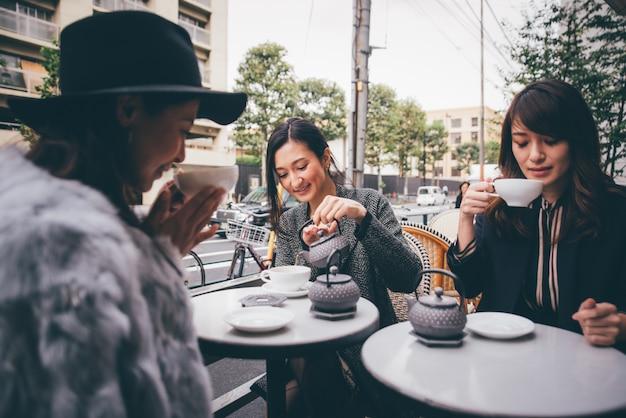 東京で過ごす日本人女性のグループ