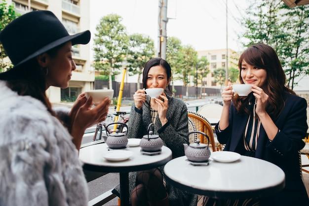 Группа японских женщин, проводящих время в токио