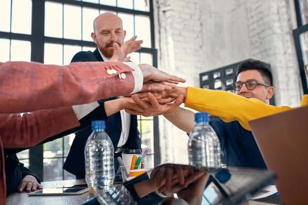 うれしそうな笑顔の幸せな人々のグループが腕を上げて勝利を祝う調停はハイタッチを提供します友情取引達成ストライクバーゲン良いニュース友好的な同意成功した効果的な戦略