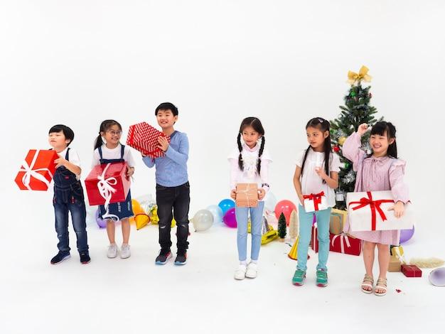 아이들의 그룹은 파티를 축하하고 함께 크리스마스 재미를 즐긴다