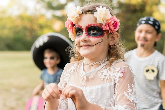 Группа детей в костюмах на хэллоуин