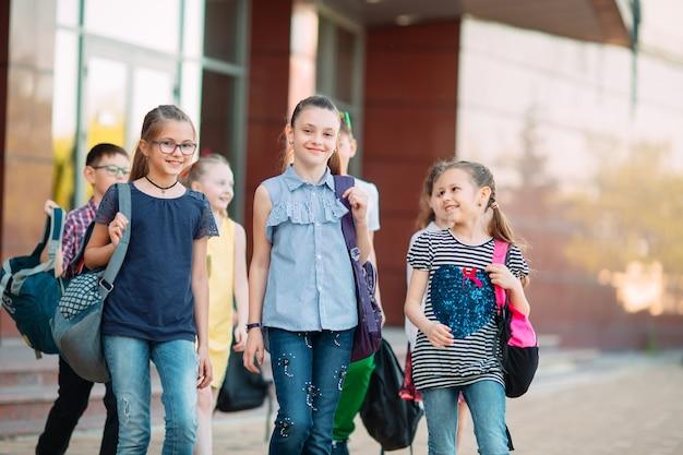 Группа детей, ходить в школу вместе.