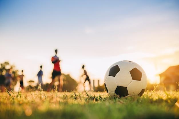 サッカーサッカーをしている子供たちのグループ