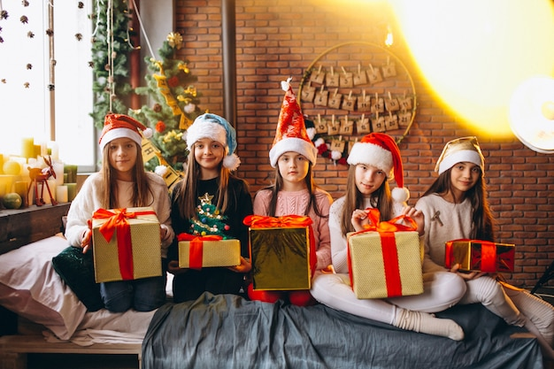 Группа детей, сидя с подарками