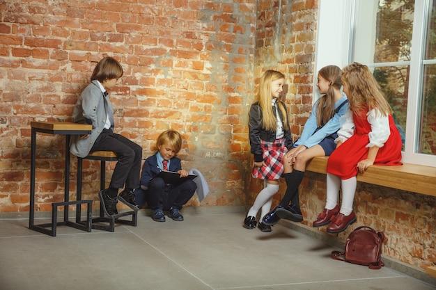 함께 방과 후 시간을 보내는 아이의 그룹입니다.