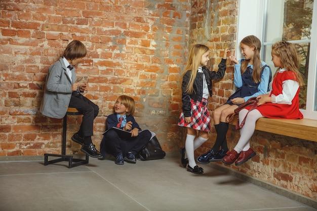 放課後一緒に時間を過ごす子供たちのグループ。