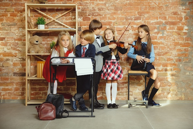 Группа детей, вместе проводящих время после школы.