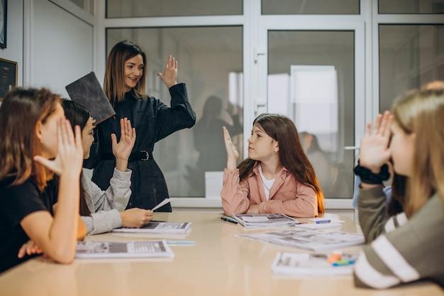 학교에서 공부하는 아이들의 그룹