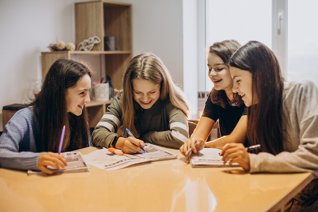 学校で勉強している子供たちのグループ