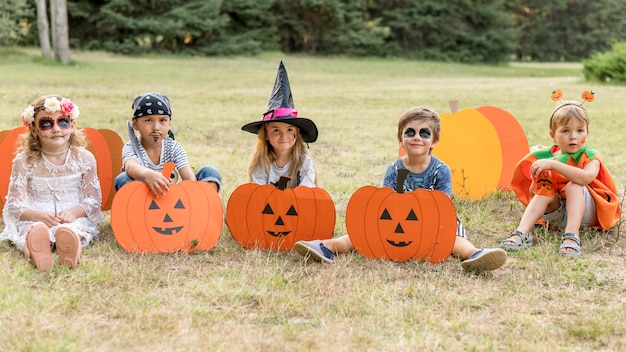 Группа детей с костюмами на хэллоуин