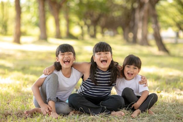 유치원 어린이 친구들이 팔짱을 끼고 일몰과 함께 즐겁게 웃고 있습니다.