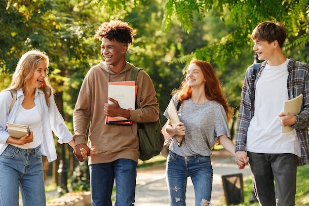 캠퍼스에서 걷는 웃는 학생들의 그룹