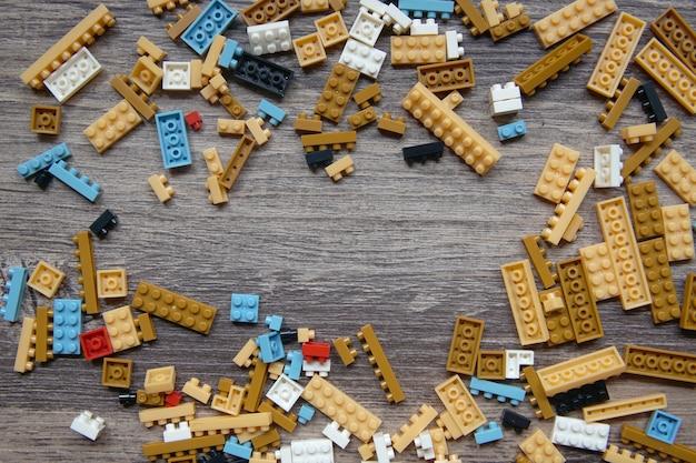 木製の背景にレゴのおもちゃのグループ