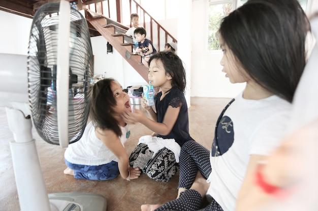 집에서 함께 노는 아시아 어린이 그룹, 홈스쿨링 컨셉 배경