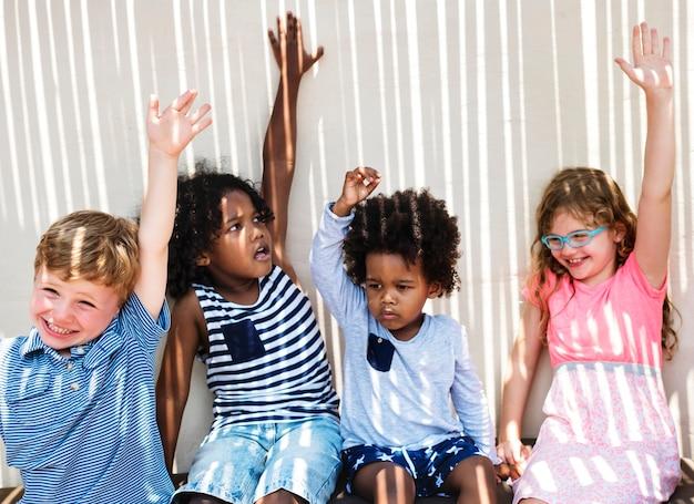 小さな子供たちのグループが楽しい