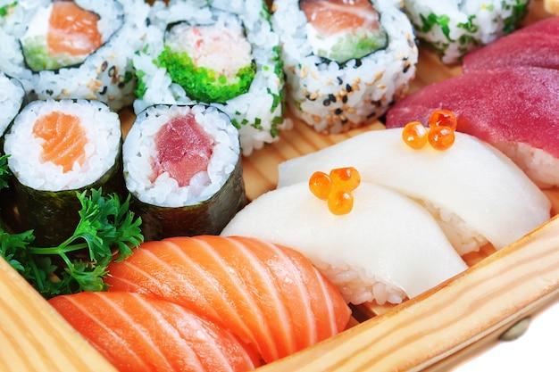 高級食品のグループ、寿司をクローズアップ。