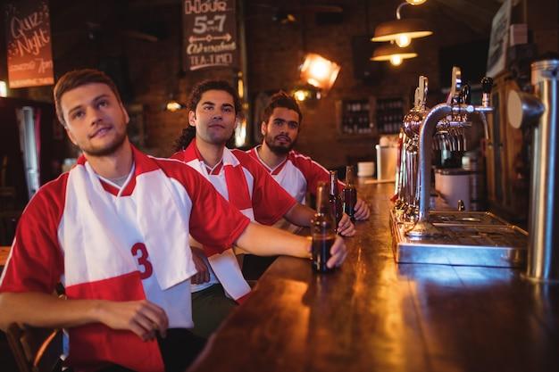 Группа друзей-мужчин, смотрящих футбольный матч