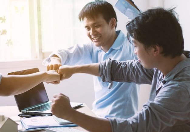 사무실, 팀워크 개념에서 남자 펀치의 그룹