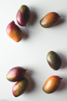 Группа манго на белом фоне. здоровое питание, здоровый образ жизни.
