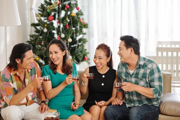 成熟した友人のグループが冬の日に家に集まり、お茶を飲み、ニュースについて話し合った