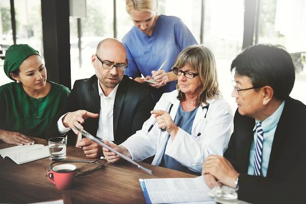 会議を持つ医療従事者のグループ