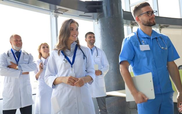 会議中に話している医師のグループ。