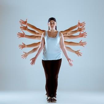 Группа мужчин и женщин, танцующих хип-хоп хореография