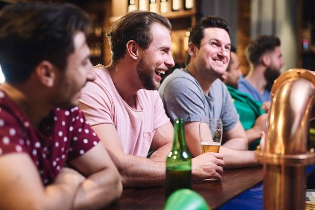 Группа мужчин, проводящих выходные в пабе